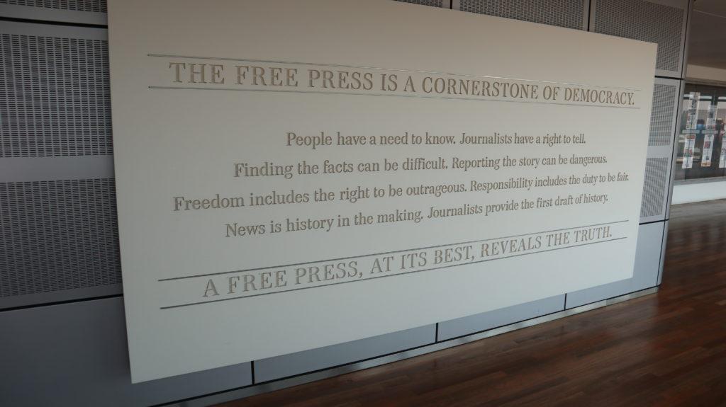 Pressefreiheit ist auch für die amerikanischen Studenten ein Grundstein für die Demokratie. Diese Tafel steht im Newseum in Washington D.C.